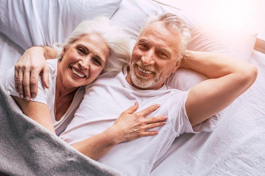 Yli 50-vuotias onnellinen pariskunta