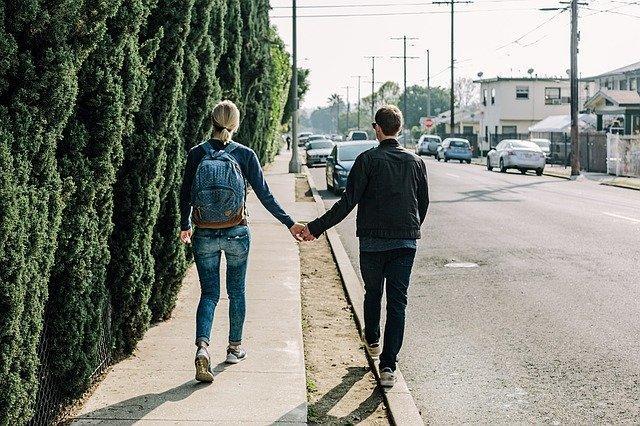 Pari kävelyllä ulkona ensitreffeillä