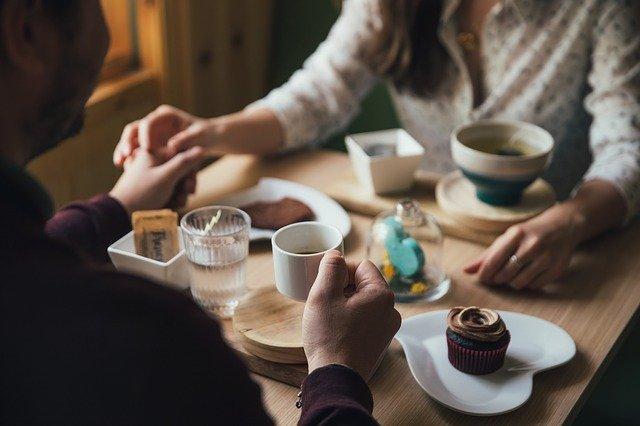 Kahvila on hyvä paikka ensitreffeille, koska siellä voi jutella helposti ilman suurta jännitettä.