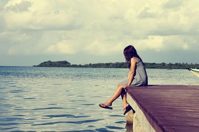 Yksinäinen nainen laiturilla