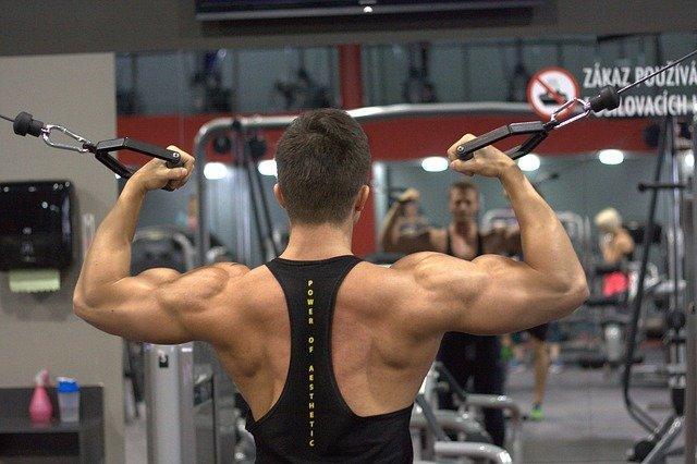 Fitness mies treenaamassa